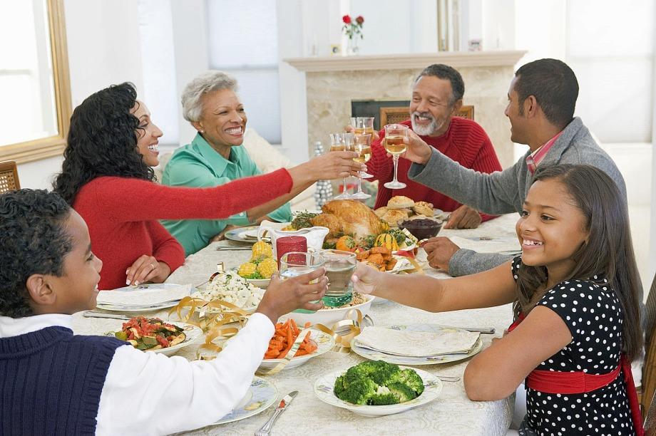 familyhavingthanksgiving